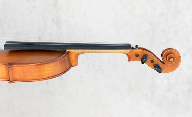 Вид сбоку на скрипку