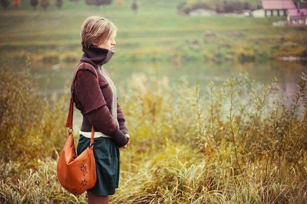 Вид сбоку женщина, любуясь природой