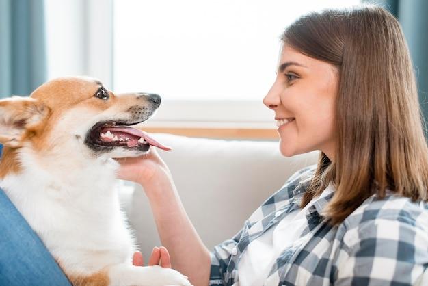 女性と彼女の犬の側面図