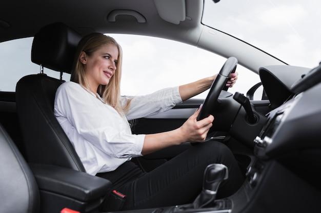 Вид сбоку женщины за рулем