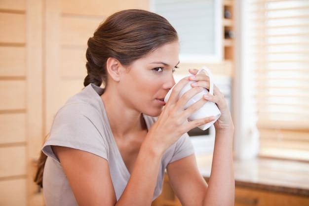 コーヒーを楽しむ女性の側面図