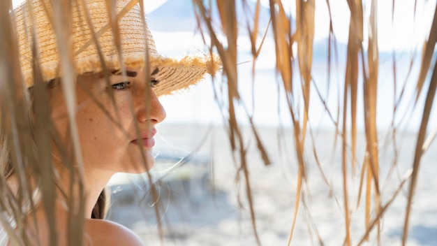 ビーチを楽しむ女性の側面図