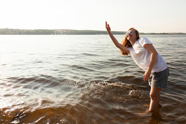 湖の水で楽しんでいる女性の側面図