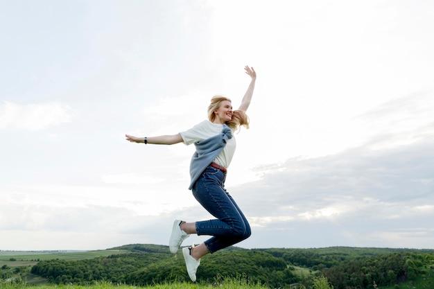 Взгляд со стороны женщины в природе представляя воздух