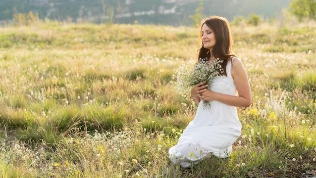 外の芝生の女性の側面図
