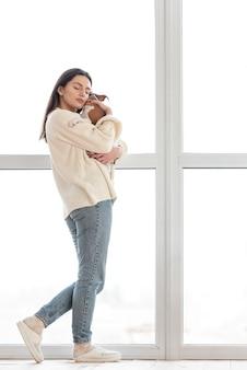 Вид сбоку женщины, любящей свою собаку