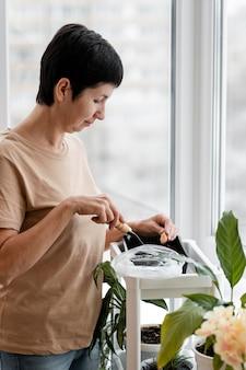 屋内で種を蒔く女性の側面図