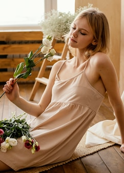 春の花でポーズをとる女性の側面図
