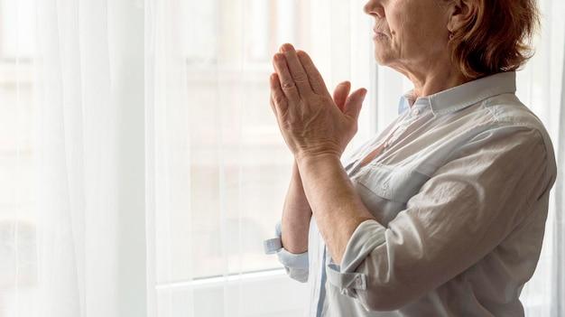 祈る女性の側面図
