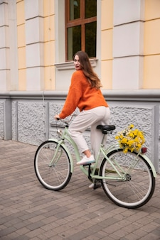 야외에서 자전거를 타는 여자의 모습