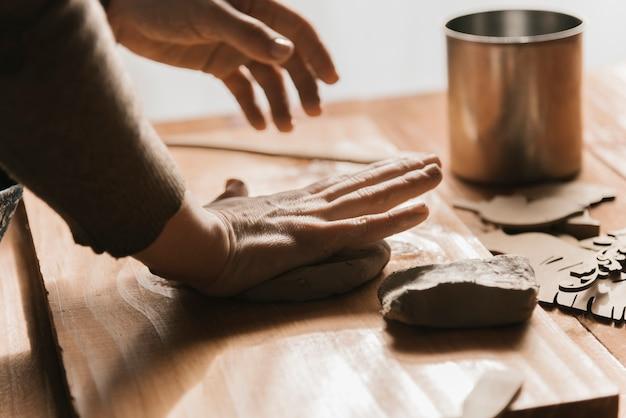 粘土を形作る女性の側面図