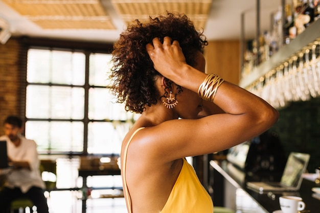 バーカウンターの近くに立っている女性の側面図
