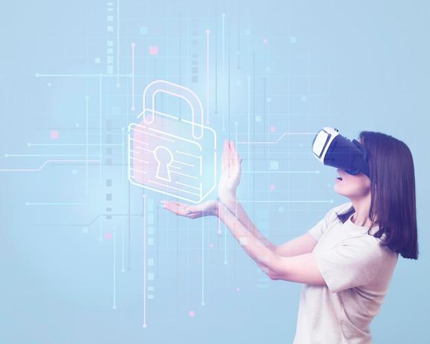 Вид сбоку женщины с помощью гарнитуры виртуальной реальности