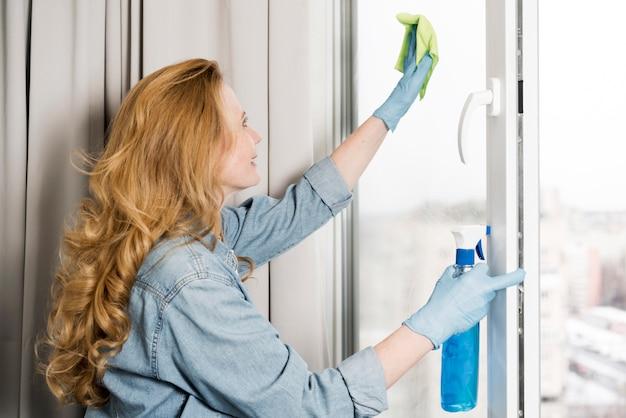 ウィンドウを拭く女性の側面図
