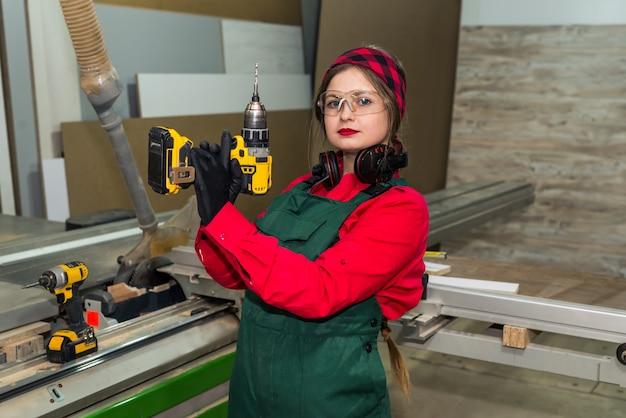 목공 드릴 기계와 여자의 모습