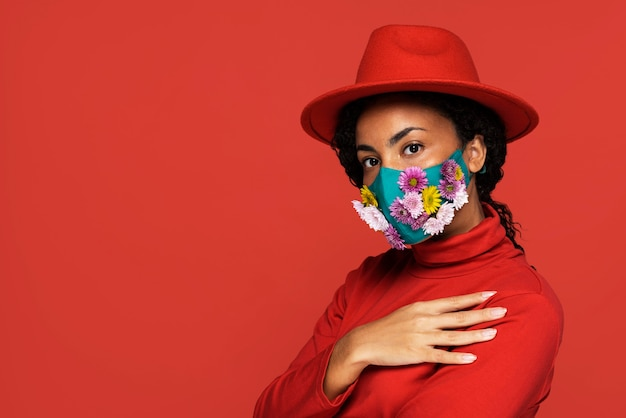 花のマスクを持つ女性の側面図