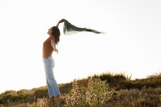 屋外のスカーフを持つ女性の側面図