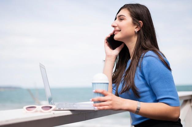 ビーチで働く女性の側面図