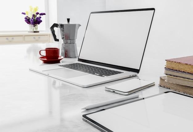 Вид сбоку рабочей площадки с пустым экраном ноутбука в домашнем интерьере