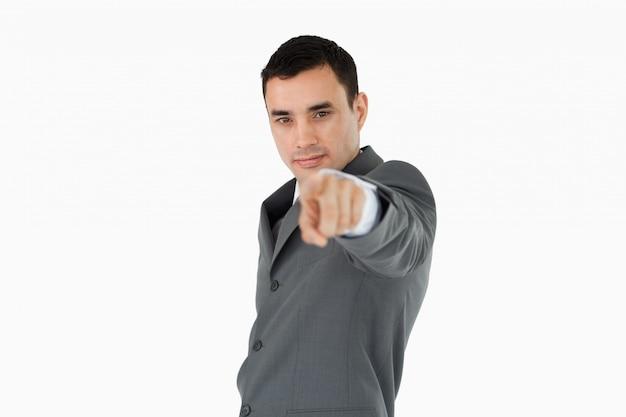 Вид сбоку молодой бизнесмен, указывая на камеру