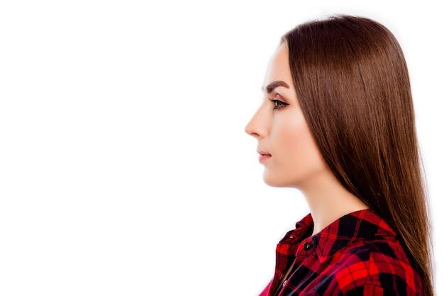 Вид сбоку молодой уверенной женщины, изолированной на белом пространстве