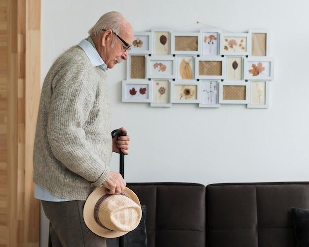 Vista laterale del vecchio in una casa di cura