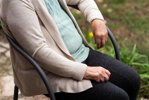 Vista laterale della vecchia donna in una casa di cura