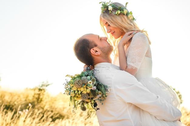 晴れた夏の日の新郎新婦の側面図屋外の結婚式と関係羊のロマンチックなコンセプト