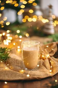 Вид сбоку на праздничный кофе на вретище с гирляндой и еловыми ветками