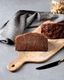 Вид сбоку на диетический зерновой хлеб без муки