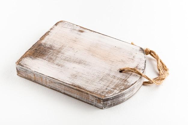 孤立したぼろぼろの孤立した木製まな板の側面図