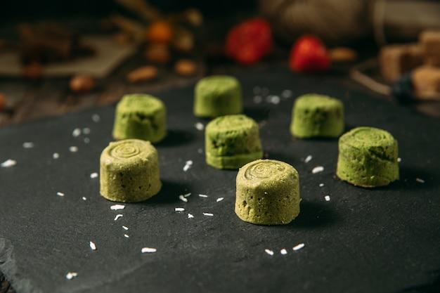 Вид сбоку на маленькие зеленые десертные печенья матча