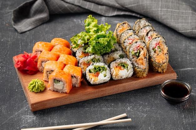 木の板に醤油をセットした巻き寿司の側面図