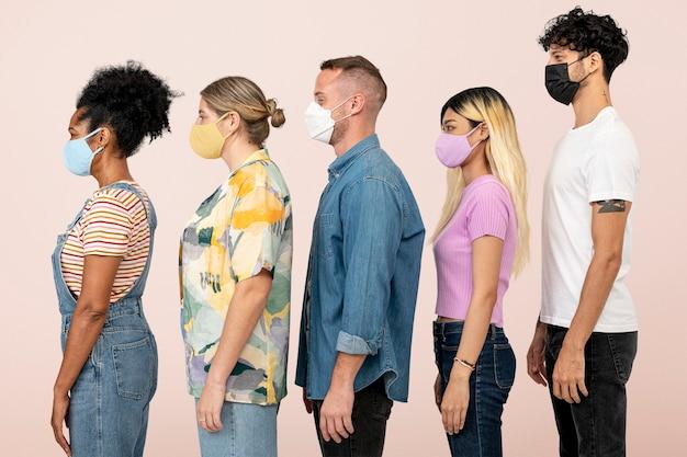 Vista laterale di persone che indossano maschere nella nuova normalità