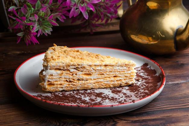 Боковой вид кусок торта наполеон