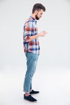 Вид сбоку портрет мужчины с помощью смартфона