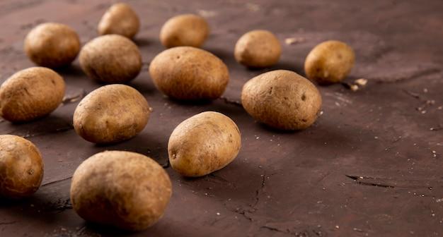 갈색 바탕에 측면보기 감자