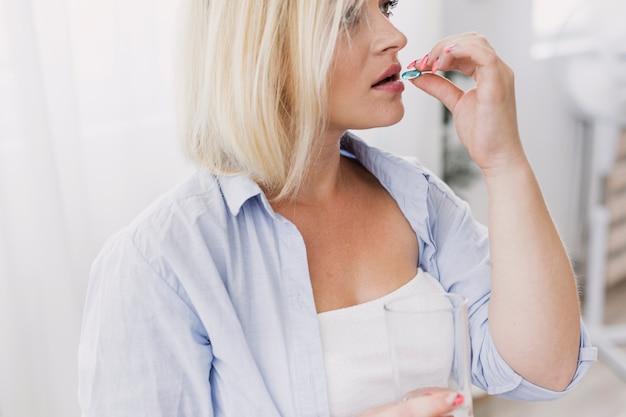 ピルを服用サイドビュー妊娠中の女性