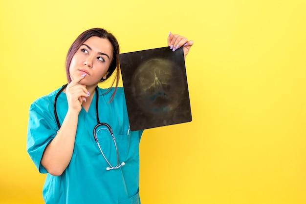Vista laterale del radiologo un radiologo sta pensando ai raggi x del paziente