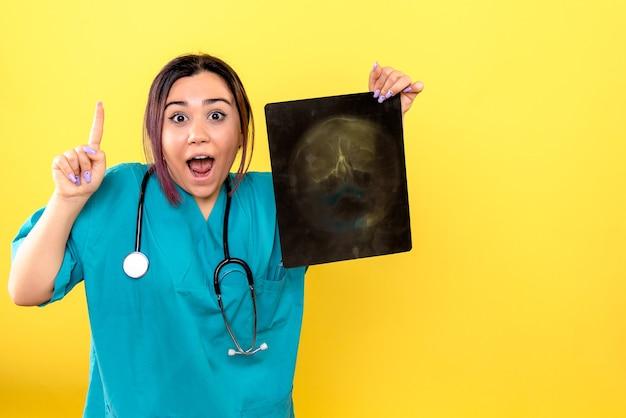 Vista laterale del radiologo grazie ai raggi x un radiologo sa come aiutare il paziente