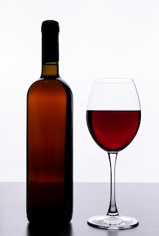 垂直方向の白いガラスとサイドビュー赤ワイン