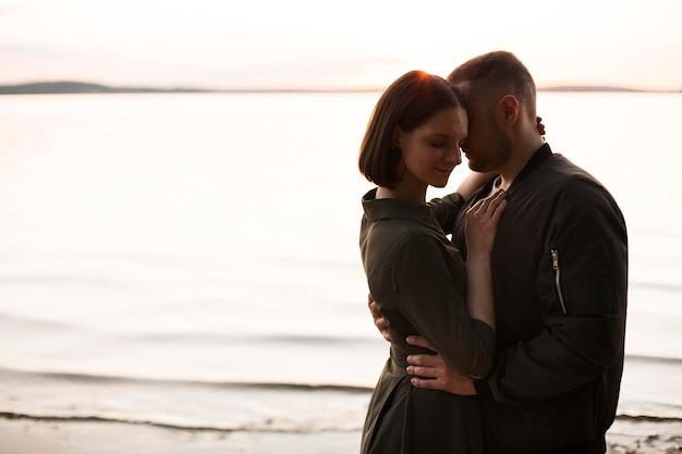 日没時の側面図ロマンチックなカップル