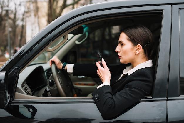 Donna di sicurezza di vista laterale in automobile