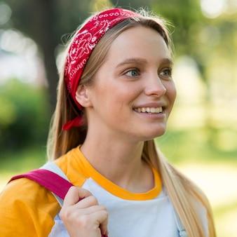 Vista laterale della donna di smiley all'aperto