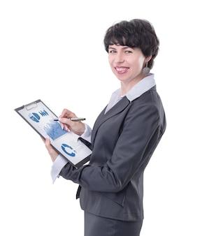 側面図。財務報告と笑顔のビジネス女性。白い背景で隔離