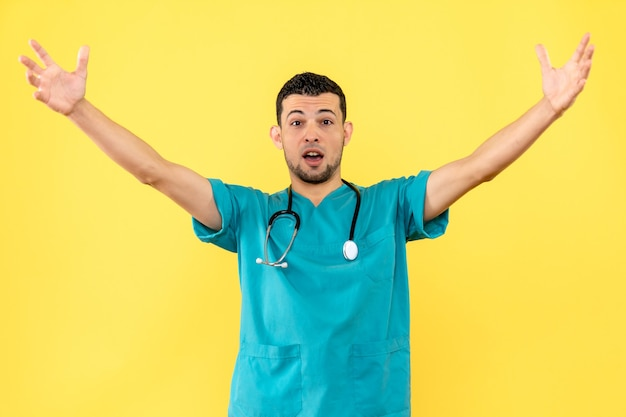 Специалист, вид сбоку, врач рад, что вылечил всех своих пациентов от covid-