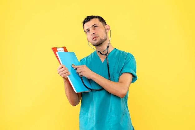 医師がコロナウイルスの患者について考えている側面図の専門家