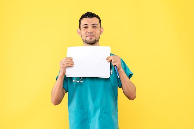 Специалист, вид сбоку, врач знает, как помочь пациентам с разными заболеваниями