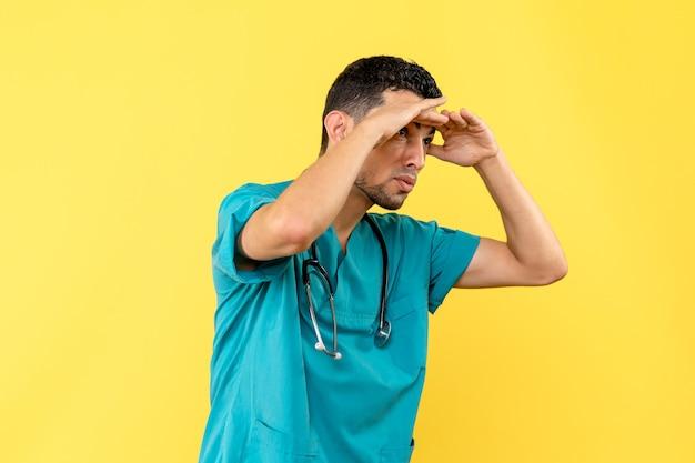 Специалист, вид сбоку, врач рассказывает об изобретении новой вакцины против коронавируса