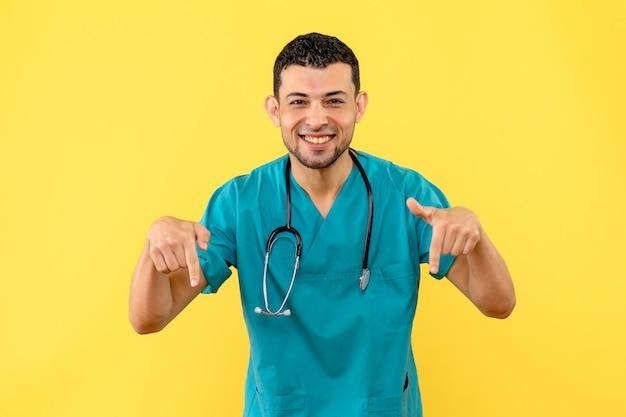 Специалист, вид сбоку, врач рассказывает о том, что делать, чтобы не заразиться коронавирусом